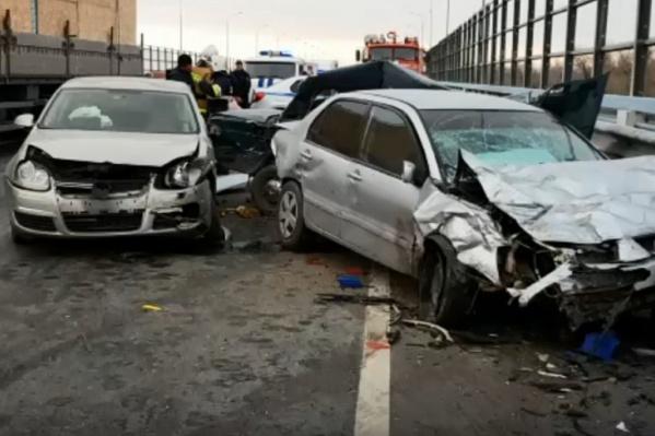 Водитель и пассажирка отечественного автомобиля скончались на месте аварии