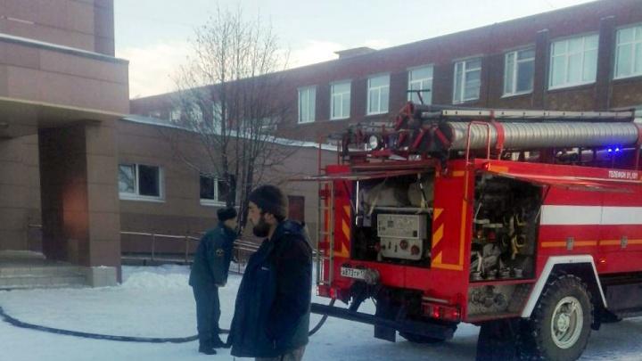 «Загорелся гардероб»: из челябинской школы из-за пожара эвакуировали тысячу детей