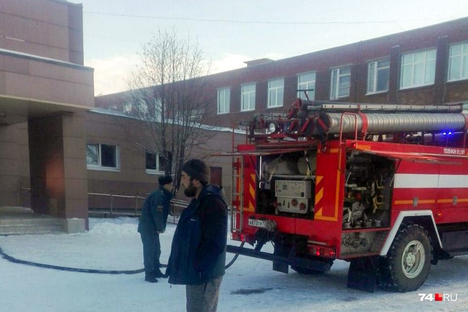 Пожарные работают по повышенному номеру сложности