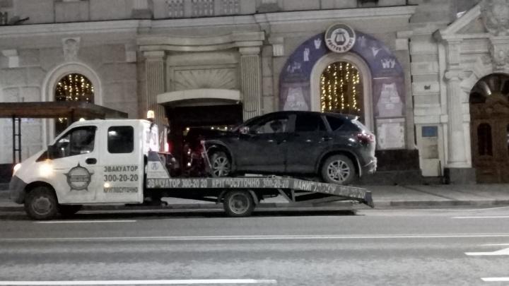 Лобовое на Садовой: ночью в центре Ростова столкнулись внедорожник и легковушка