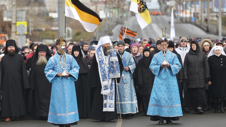 С колоколами и имперскими флагами: челябинцы прошли крестным ходом в День народного единства