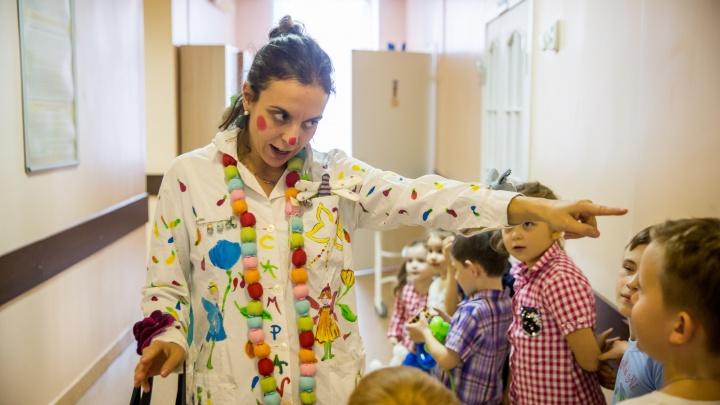 «Вашим госпиталям надо больше радости»: в детскую больницу приехали весёлые клоуны из Италии