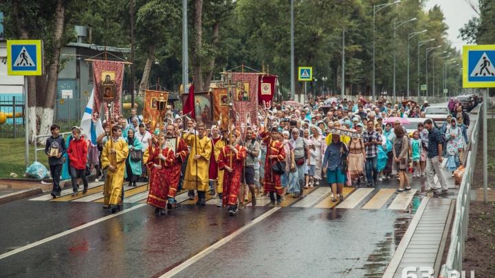 Под дождем и с верой в душе: в Самаре состоялся крестный ход в честь Николая II