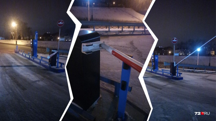 В Тюмени ищут таксиста, который снес шлагбаум на парковке у набережной и уехал