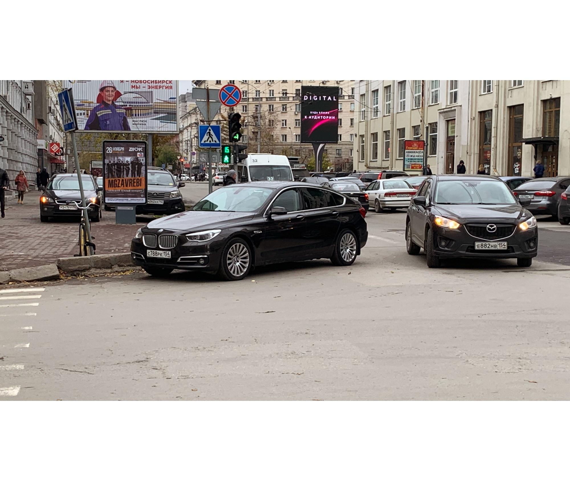 BMW встал на перекрестке, чтобы всем мешать