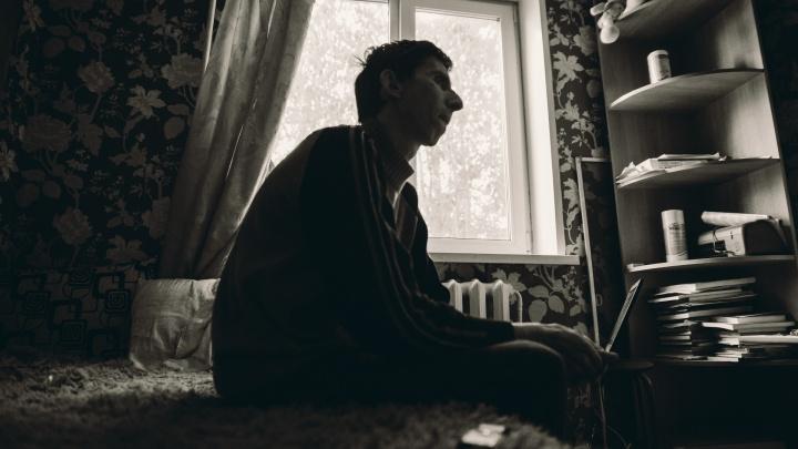 «Вся жизнь разрушена». Преподаватель и археолог из Тюмени неизлечимо болен и просит денег в переходе