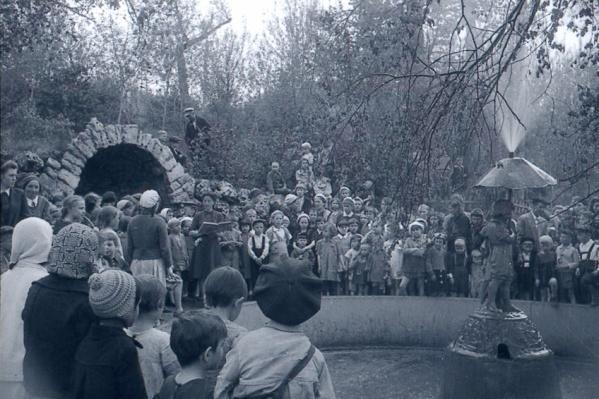 Таким фотограф засталЦентральный парк культуры и отдыха имени Горького меньше чем через месяц после окончания Великой Отечественной войны — 3 июня 1945 года. Заметили, куда бьет фонтан?