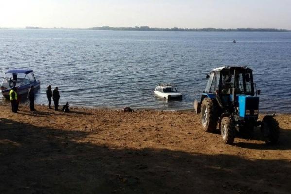Машину доставали из Волги с помощью трактора
