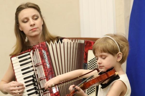 Музыкальная семья считает, что дарить музыку — их профессия. Послушать выступление может каждый
