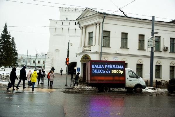 Газель с рекламой на борту заняла выгодное место на площади Волкова