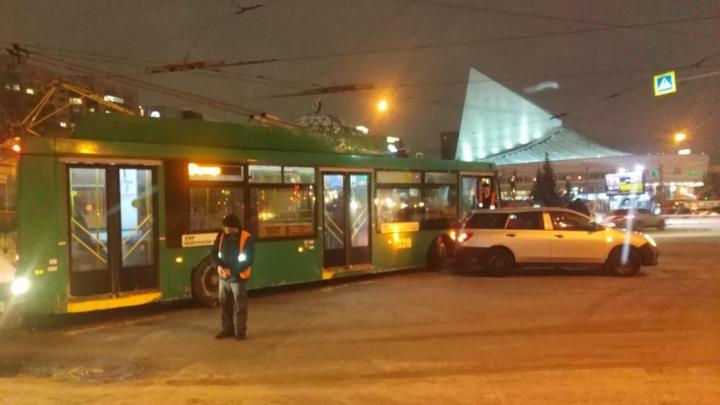 Двойное невезение: в Центральном районе троллейбус наехал на иномарку, попавшую в ДТП