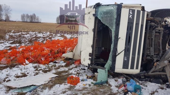 На трассе в Рыбинском районе произошло массовое ДТП с грузовиками. Обочину засыпало мандаринами
