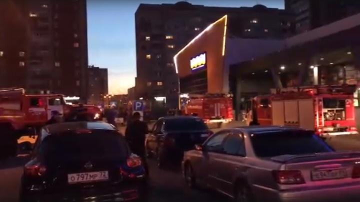 Торговый центр «О'кей» на Широтной эвакуировали из-за вспыхнувшего на кухне масла
