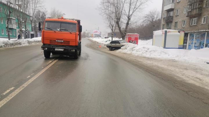 Легковой автомобиль въехал в КАМАЗ на Мочищенском шоссе: пострадали два ребёнка