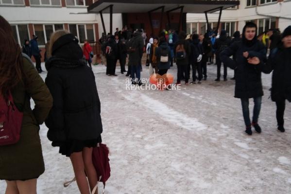 Сотни школьников сегодня покинули классы после сообщений о бомбе