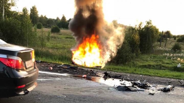 Страшная авария под Ярославлем: после столкновения легковушка вспыхнула