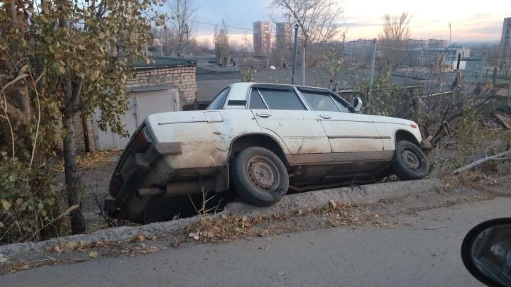 «Экстремальная парковка»: волгоградец не заметил обрыв на обочине при выборе стоянки