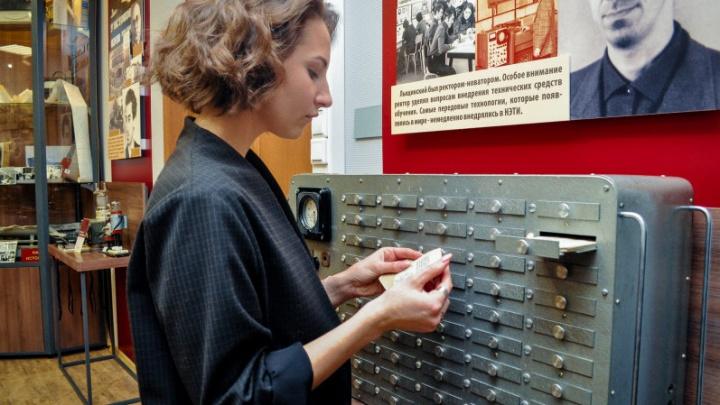 В НГТУ восстановили древний аппарат для приёма экзаменов — показываем, как он работает