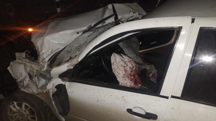 Подушка безопасности в крови: на трассе под Самарой «Гранта» залетела под грузовик