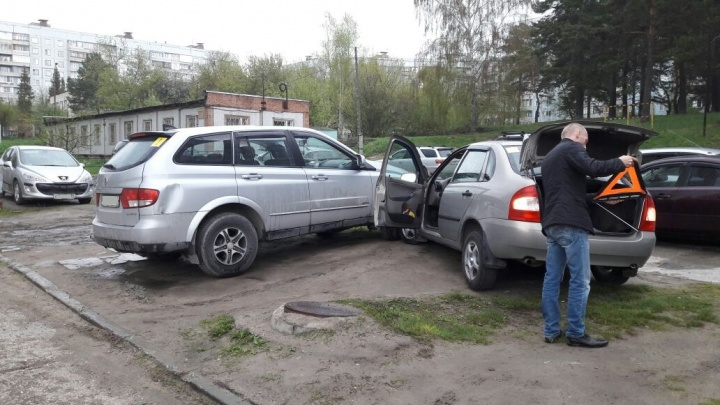 «Лада Калина» завелась без водителя и устроила ДТП на парковке