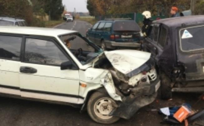В деревне Бесово разбились три машины: пострадавших увезли на скорой