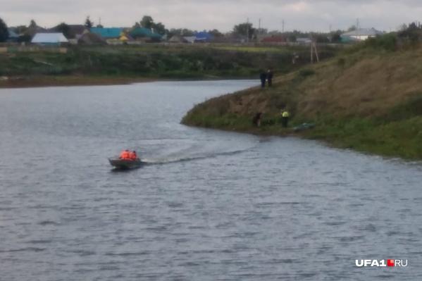 Спасатели с тепловизором изучают озеро поблизости