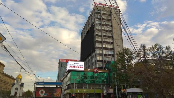 На Красном проспекте повесили огромный экран для рекламы