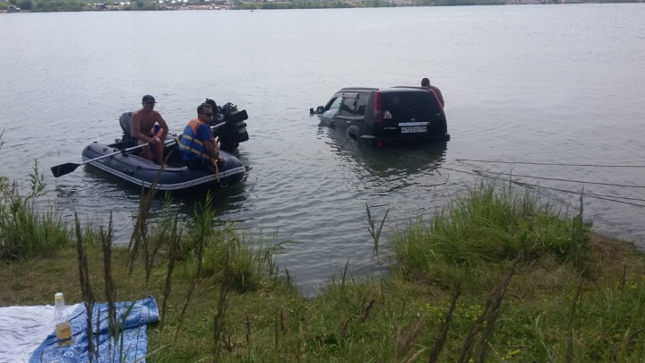 Видео: из озера под Новосибирском достали утонувший внедорожник
