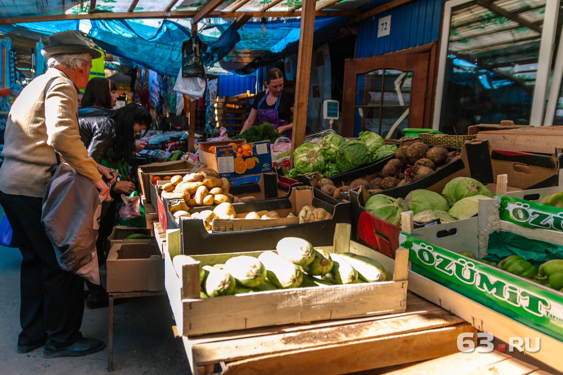 На рынке торгуют овощами