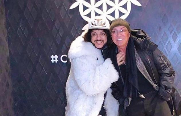 Валерий Леонтьев и Филипп Киркоров расписали шлемы хоккеистов «Сибири» и сделали фото в ресторане