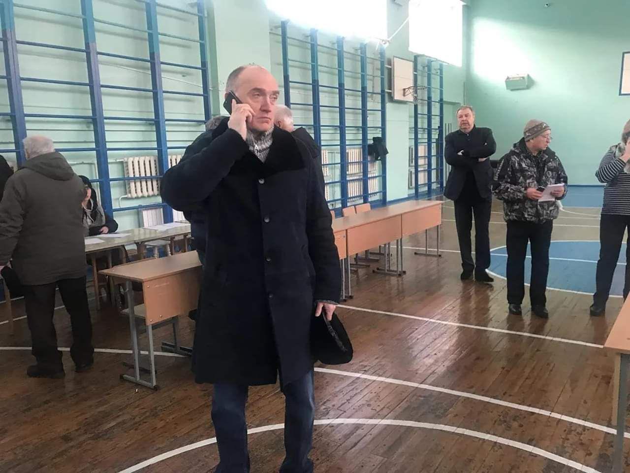 Губернатор Дубровский работает в школе, где сделали временный пункт эвакуации