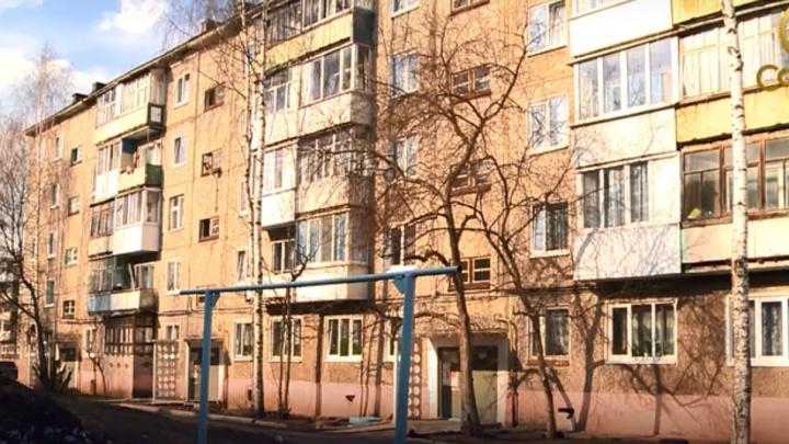 В Соликамске из окна пятого этажа выпал полуторагодовалый ребенок