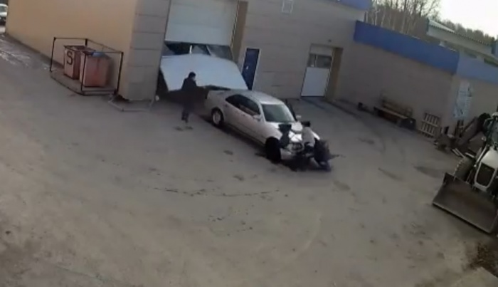 Автомойщик на чужой машине сбил женщин в Берёзовском