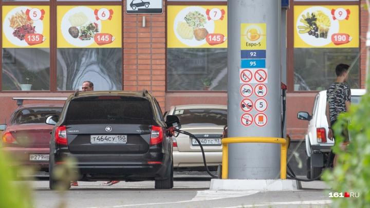 Стало известно, сколько бензина могут купить жители Ростовской области на одну зарплату
