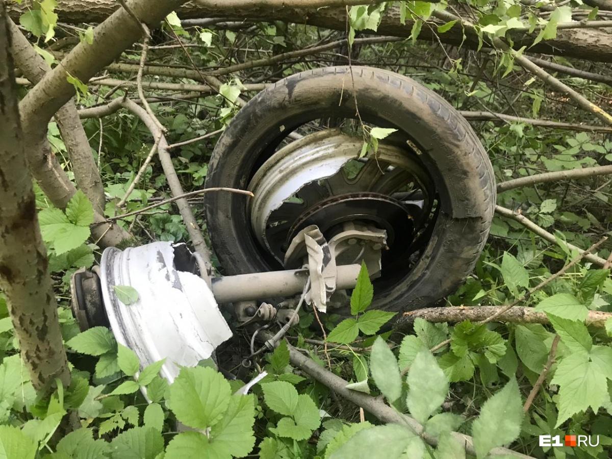 После столкновения у машины отпало колесо