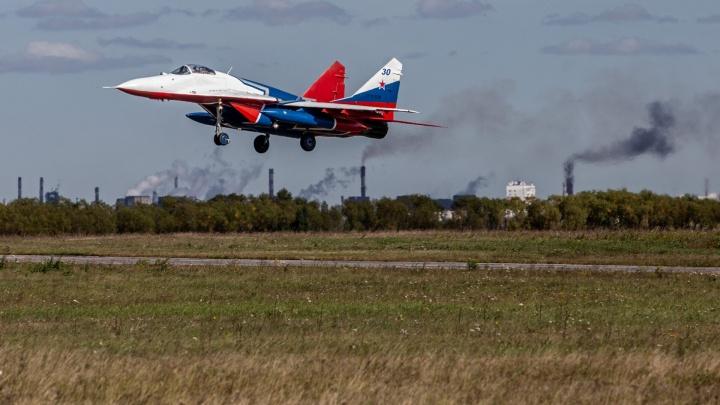 Волнительный МиГ: смотрим, как легендарные «Стрижи» прилетели на авиашоу в Челябинск