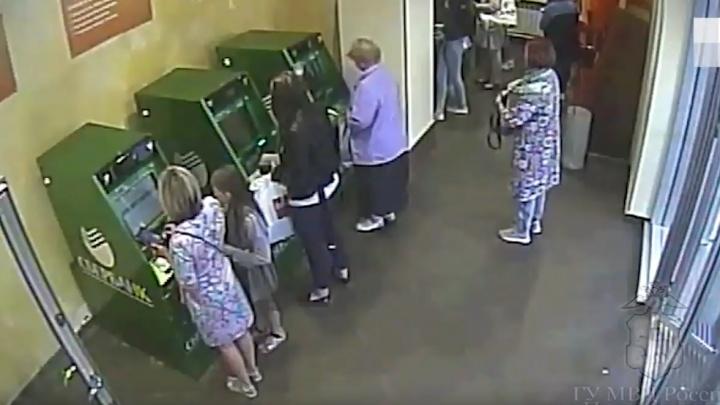 «Взяла купюры и ушла»: в Перми ищут женщину, забравшую чужие деньги из банкомата