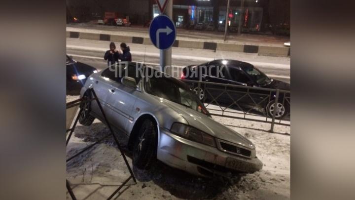 ВодительHonda разбил машину о забор и заплатит 30 тысяч рублей