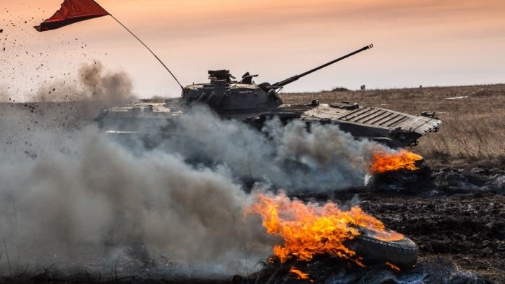 Огонь и месиво: военные со всего округа посоревновались в танковом биатлоне под Челябинском