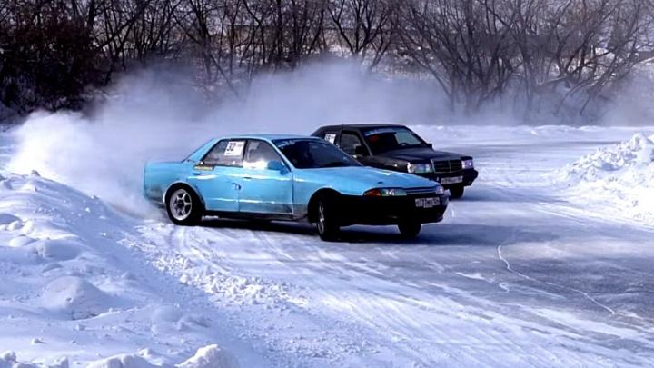 Дрифт-такси заказывали: новосибирцы носились по льду на «Копейке» и «Мерседесе»