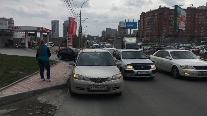 Улица сломанных машин: заглохшие КАМАЗ и «Мазда» собрали длинную пробку на Ипподромской
