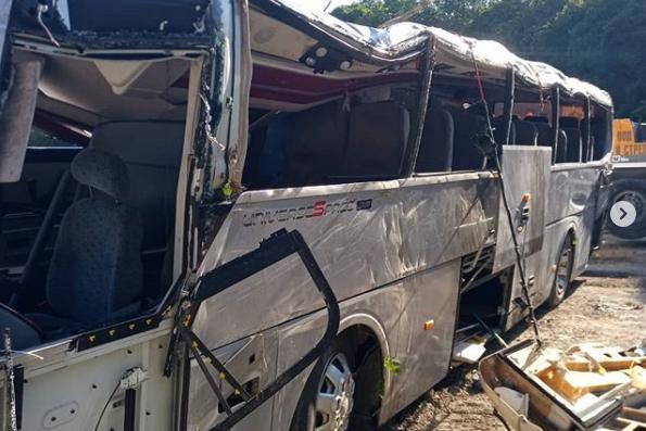 Автобус с пассажирами врезался вVolkswagen Touareg и рухнул с обрыва