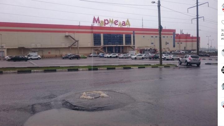 «Уже месяц течёт канализация»: в Волгограде «Концессии водоснабжения» отказались от зловонной лужи