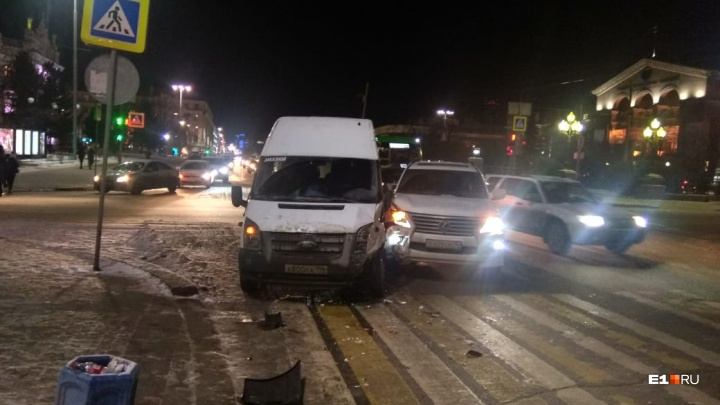 На Ленина столкнулись Lexus и микроавтобус. Из-за ДТП образовалась пробка