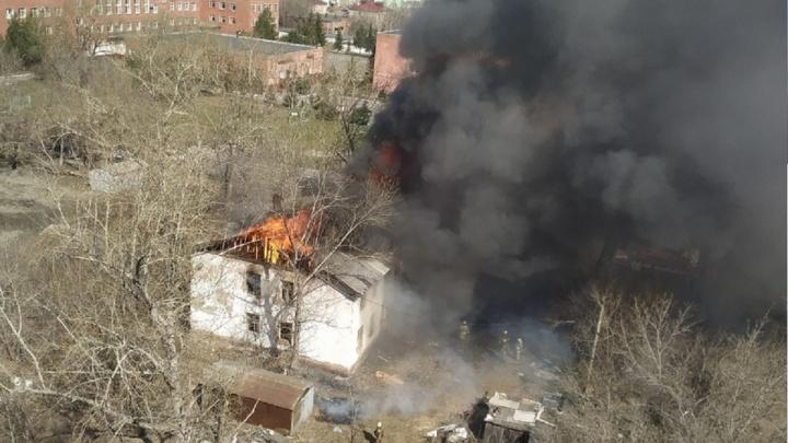 В Амуре пламя охватило крышу двухэтажного дома