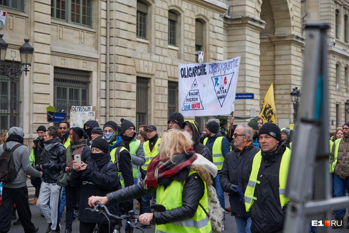 Они выходят на улицы каждую субботу, требуя достойной зарплаты и условий труда
