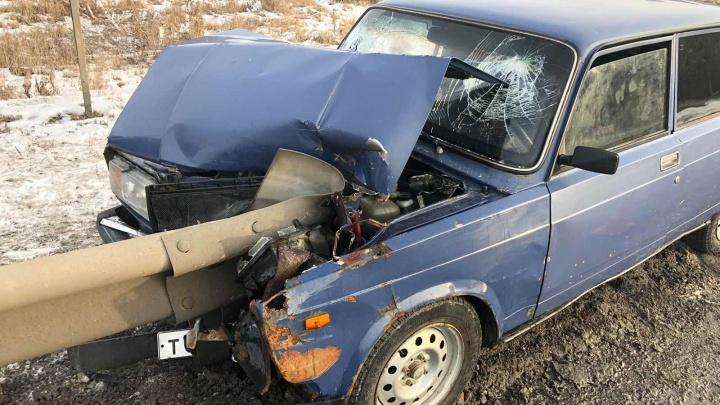 Машина не на учете и без ОСАГО: бесправник влетел в отбойник на тюменской трассе