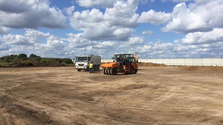 В Омске начали благоустраивать заброшенный пустырь уаэропорта «Омск-Центральный»