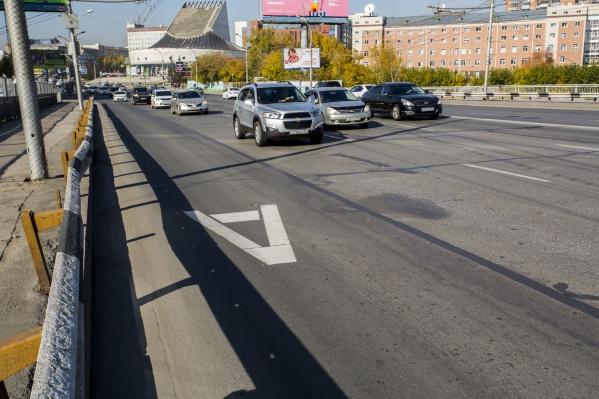 Дорожники убрали только линии, которые отделяют полосы для общественного транспорта от соседних рядов, — буквы «А» на асфальте при этом остались<br><br>