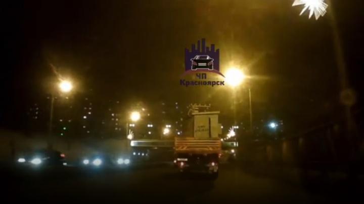 Большегруз с трансформаторной будкой в кузове врезался в путепровод на Свободном